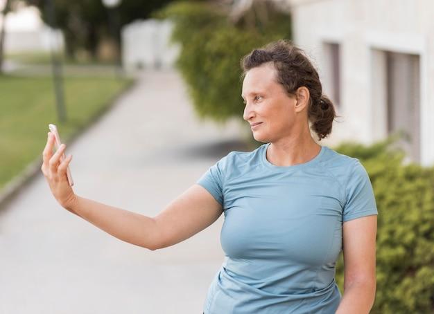 Plan Moyen Femme Prenant Selfie Photo Premium