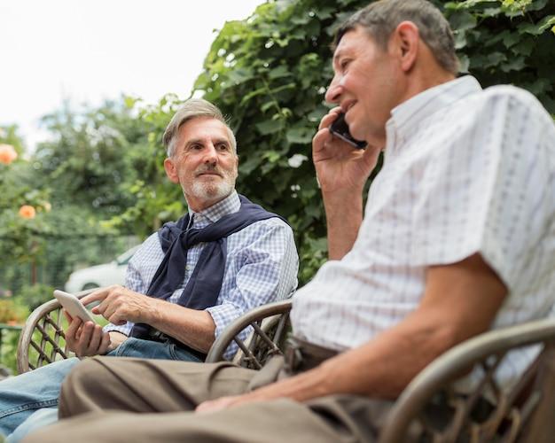 Plan Moyen Vieil Homme Parlant Au Téléphone Photo Premium