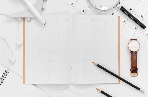 Plan plat de planification de voyage avec planificateur d'itinéraire de voyage espace vide sur fond blanc Photo Premium
