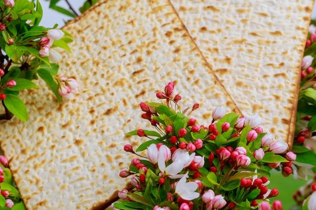 Plan rapproché du matzoh de fond de pâque pâque sur la table en bois Photo Premium