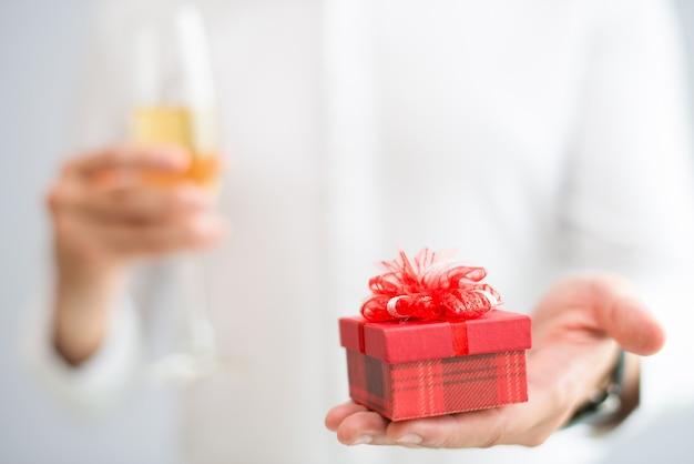 Plan rapproché de l'homme qui donne une petite boîte-cadeau Photo gratuit