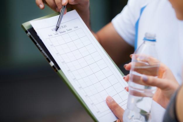 Plan de remise en forme. un entraîneur sportif équivaut à un plan d'entraînement rapproché Photo Premium