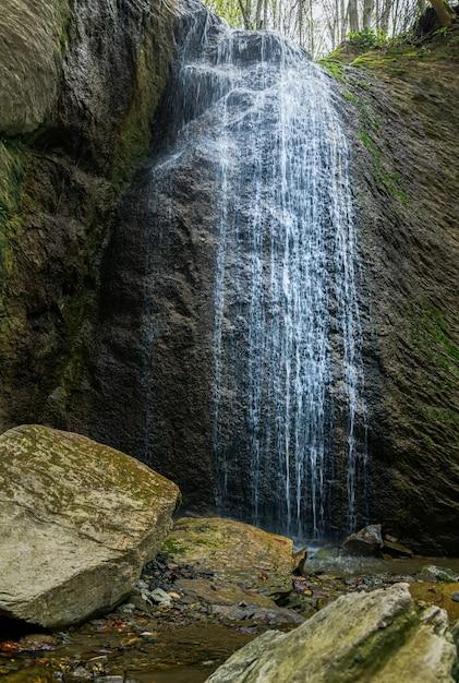 Plan Vertical De La Cascade Sopot Dans La Montagne Medvednica à Zagreb, Croatie Photo gratuit