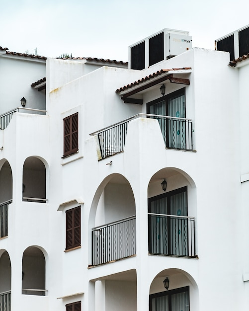 Plan Vertical Du Bâtiment Blanc Avec Plusieurs Balcons Photo gratuit