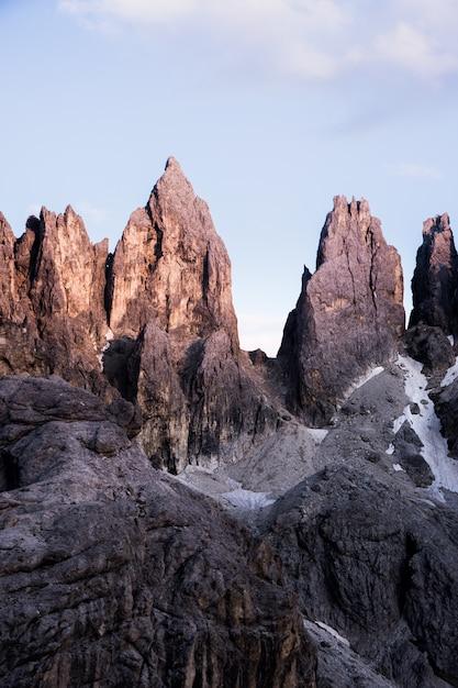 Plan Vertical De Gros Rochers Au Sommet D'une Montagne Avec Un Ciel Clair Dans Le Photo gratuit