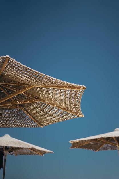 Plan Vertical De Parasols En Bois Brun Photo gratuit