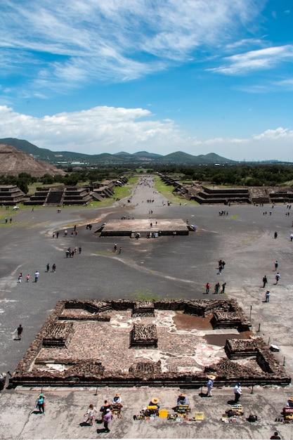 Plan Vertical De Personnes En Tournée Dans Les Pyramides De Teotihuacan Au Mexique Photo gratuit