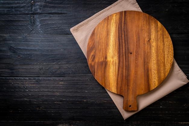 Planche De Bois Coupe Vide Avec Torchon Photo Premium