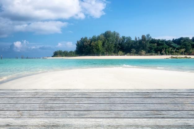 Planche de bois gris sur la plage paradisiaque sable blanc Photo Premium