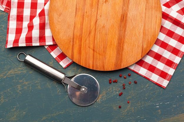 Planche de bois sur une nappe Photo Premium