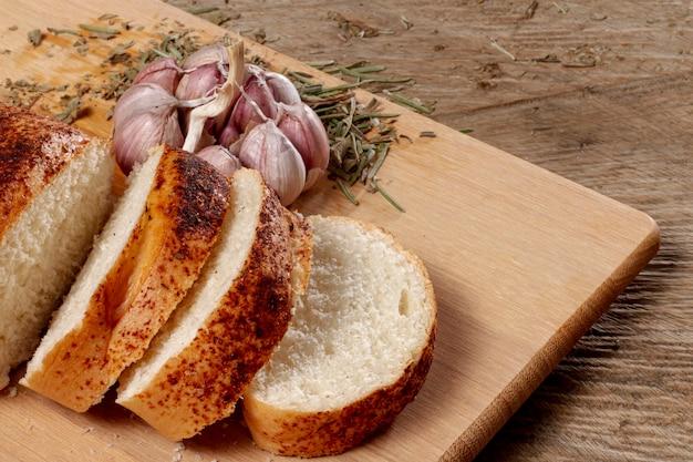 Planche de bois avec des tranches de pain Photo gratuit