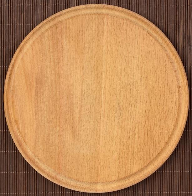 Planche de bois vide ronde avec nappe. Photo Premium