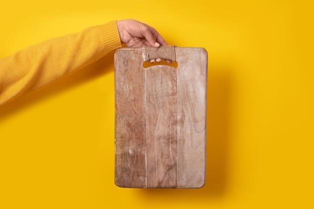 Planche à Découper En Bois à La Main Sur Jaune Photo Premium