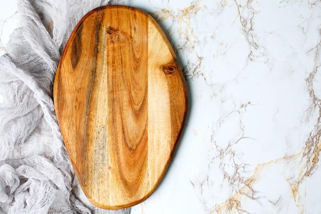 Planche à Découper Vide En Bois Sur Table Photo Premium