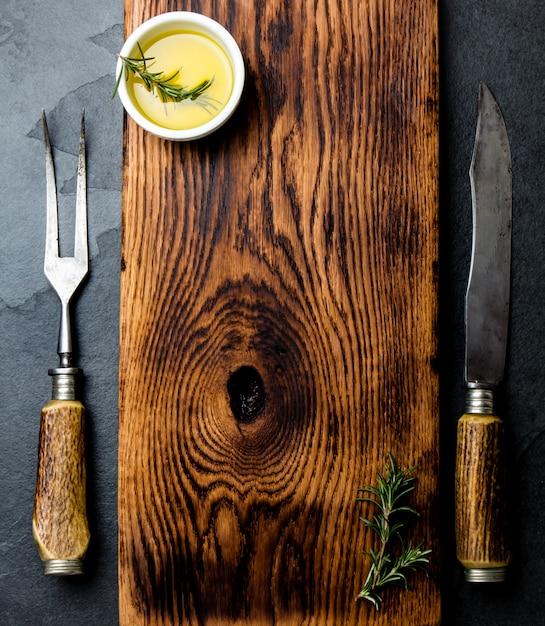 Planche à découper vintage avec des couverts. vue de dessus Photo Premium