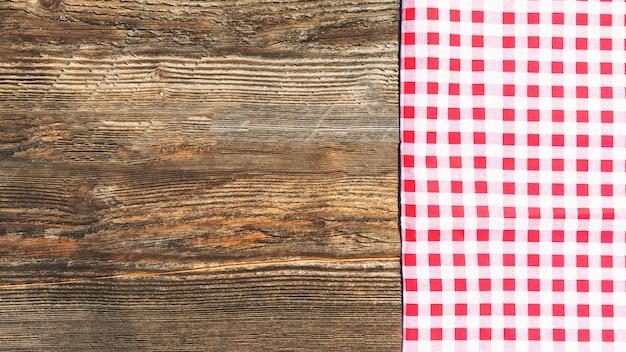 Planche texturée en bois et nappe à carreaux Photo gratuit