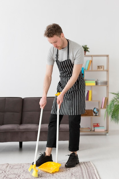 Plancher De Balai Homme Angle élevé Photo gratuit