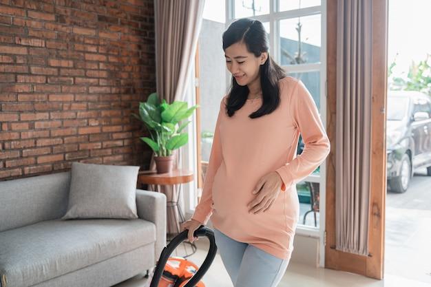 Plancher De Nettoyage Femme Enceinte Avec Aspirateur Photo Premium