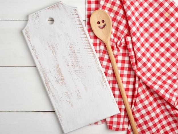 Planches à découper en bois vides rectangulaires et une serviette rouge Photo Premium