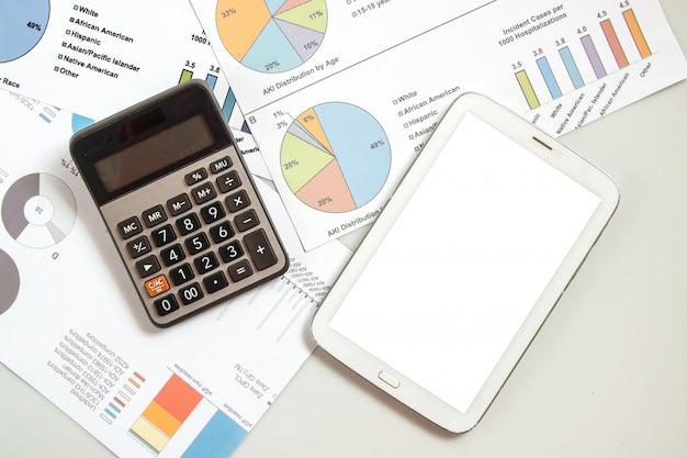 Planification des activités et des finances par liste de flux et utilisation de la calculatrice et du bloc-calcul pour calculer, affaires et finances Photo Premium