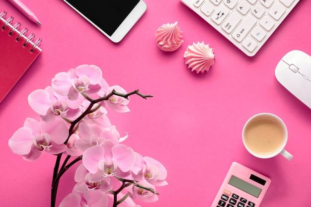 Planification Des Célébrations: Téléphone Portable, Clavier, Café Et Cartes D'invitation Avec Orchidées Sur Papier Rose Photo Premium