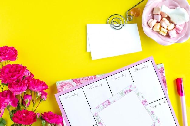 Planification Des Choses Importantes, Instruments D'écriture Roses Sur Fond Coloré. Choses à Faire. Vue De Dessus. Copiez L'espace. Photo gratuit