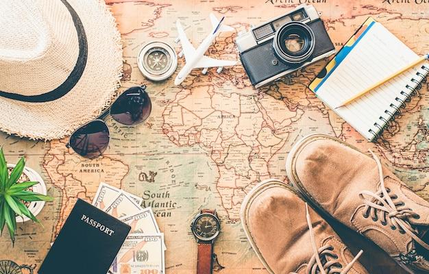 Planification Touristique Et équipement Nécessaire Pour Le Voyage Sur La Carte Photo Premium