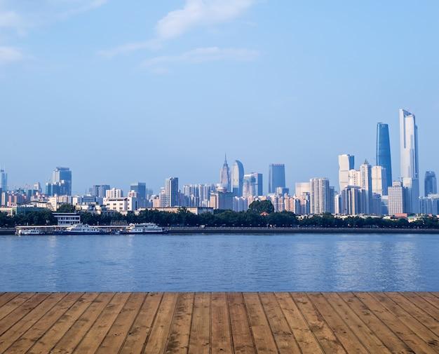 Planks avec rivière et la ville dans la distance Photo gratuit