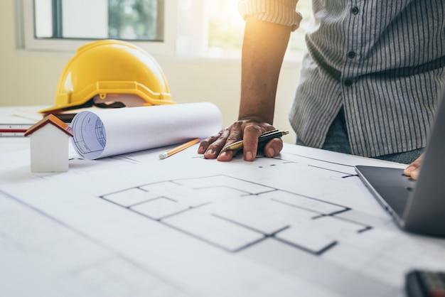 Plans de concepteur et d'ingénieurs travaillant au bureau d'architectes. Photo Premium