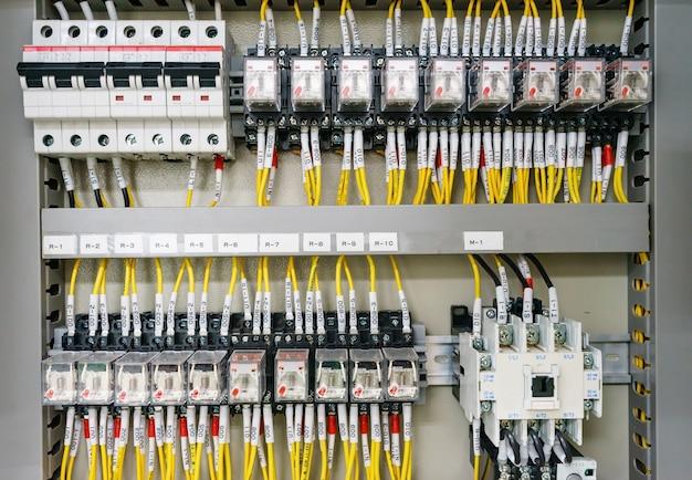 Plaque de distribution à distribution électrique. materiel electrique. panneau électrique dans une usine Photo Premium
