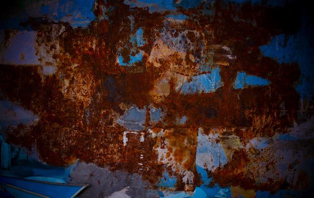 Plaque en métal rouillé saturée de rouge et de bleu sur le mur d'un magasin d'alimentation Photo Premium