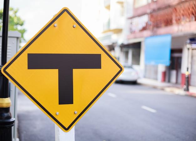 Plaque de signalisation en métal: intersection, jonction à trois voies, séparée, séparée. Photo Premium