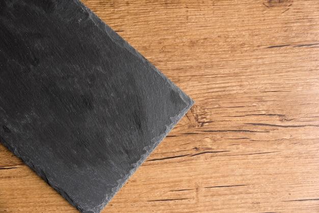 Plaque de tableau noir sur fond en bois Photo Premium