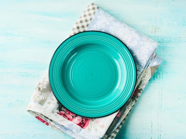 Plaque verte sur une serviette vintage en bois texturé Photo Premium