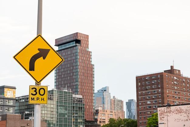 Plaques de rue et bâtiments long shot Photo gratuit