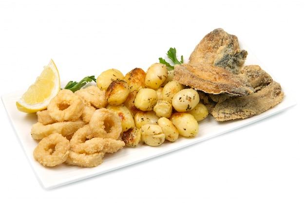Plat avec des aliments frits Photo Premium