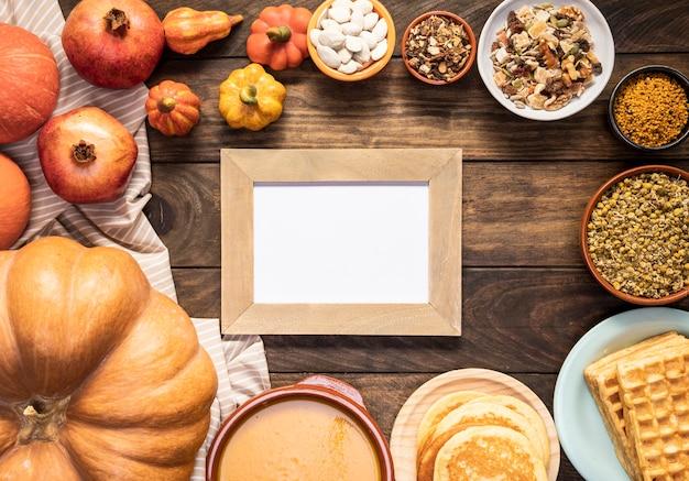 Plat d'automne poser sur une feuille rayée avec cadre Photo gratuit