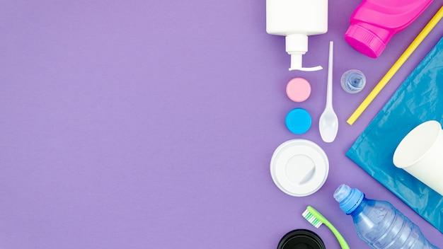 Plat coloré sur fond violet avec un espace copie Photo gratuit