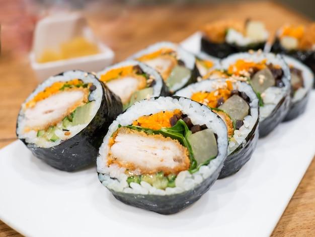 Le plat coréen close up gimbap (kimbap) est un plat populaire à emporter en corée du sud et à l'étranger Photo Premium