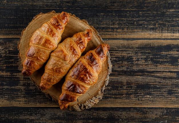 Plat Croissant Posé Sur Planche De Bois Et à Découper Photo gratuit