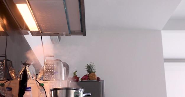 Le plat de cuisson de la mère est gâté par un bébé dans ses bras dans la cuisine Photo Premium