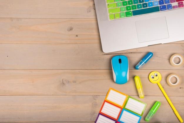 Plat de l'espace de travail avec ordinateur portable Photo gratuit
