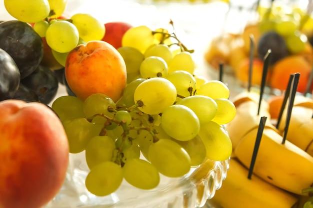 Plat avec des fruits sur la table de fête Photo Premium