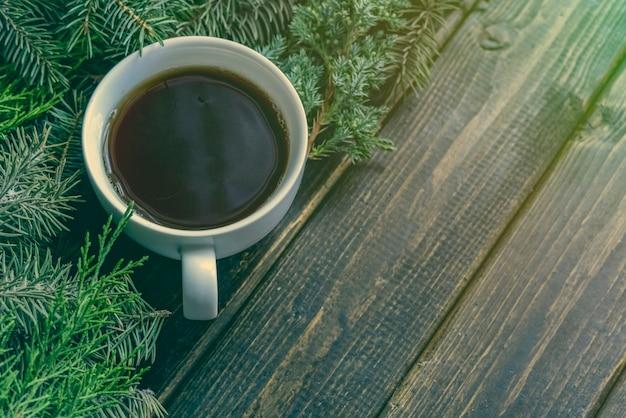 Plat d'hiver poser avec une tasse de thé les vacances de noël et du nouvel an. Photo Premium