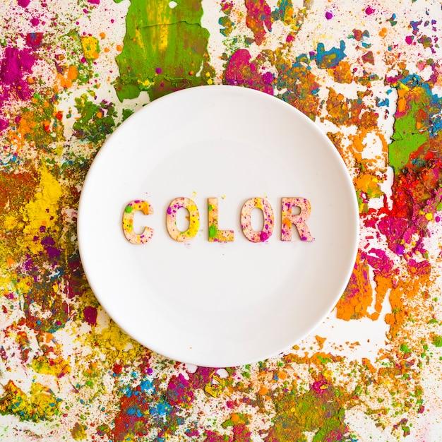 Plat avec inscription de couleur sur des couleurs vives et sèches Photo gratuit