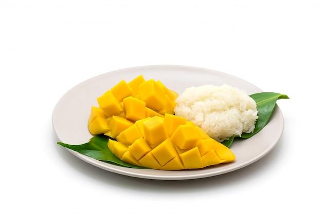 Plat isolé de tailler belle mangue jaune avec riz gluant sur blanc Photo Premium
