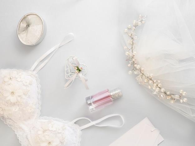 Plat minimal poser avec accessoires de mariage sur fond clair. Photo Premium