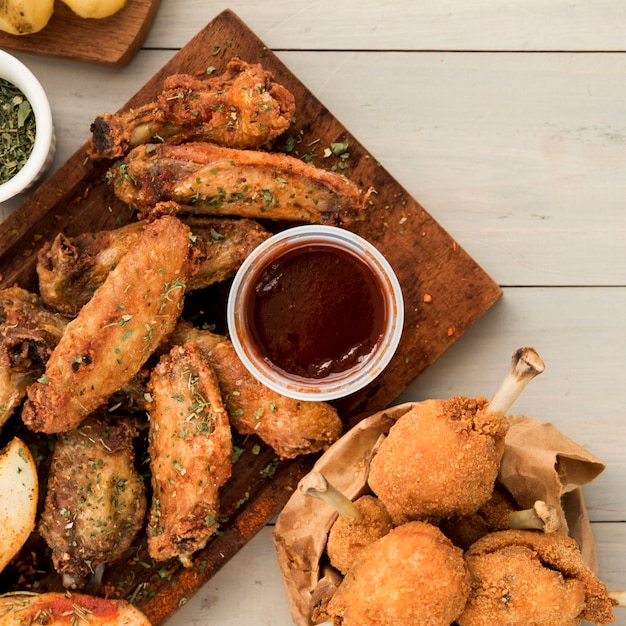 Plat de morceaux de poulet épicés avec sauce Photo gratuit