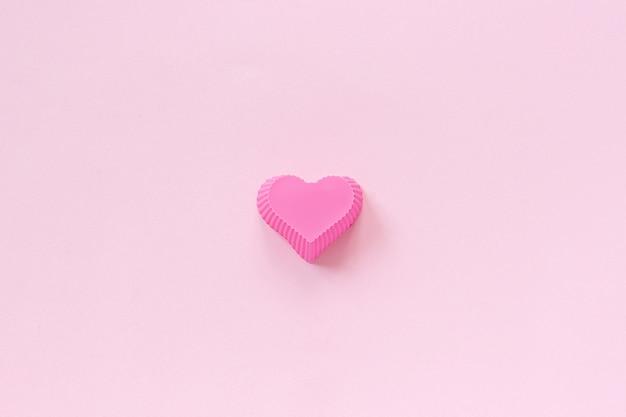 Plat De Moule En Silicone En Forme De Coeur Pour La Cuisson De Cupcakes Sur Fond De Papier Rose. Photo Premium