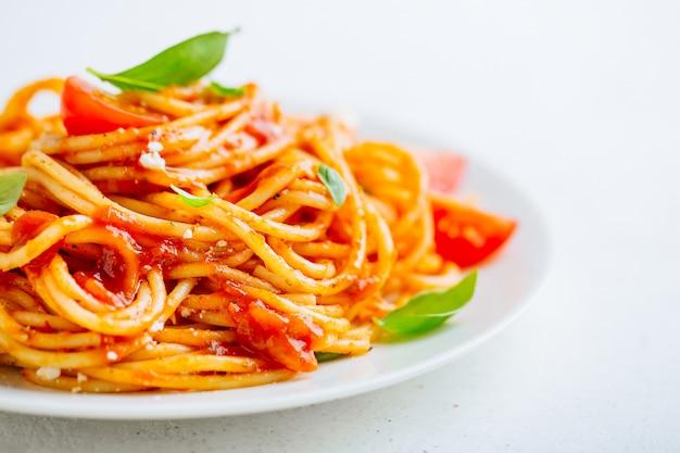 Plat de pâtes à la sauce tomate sur plaque blanche Photo Premium